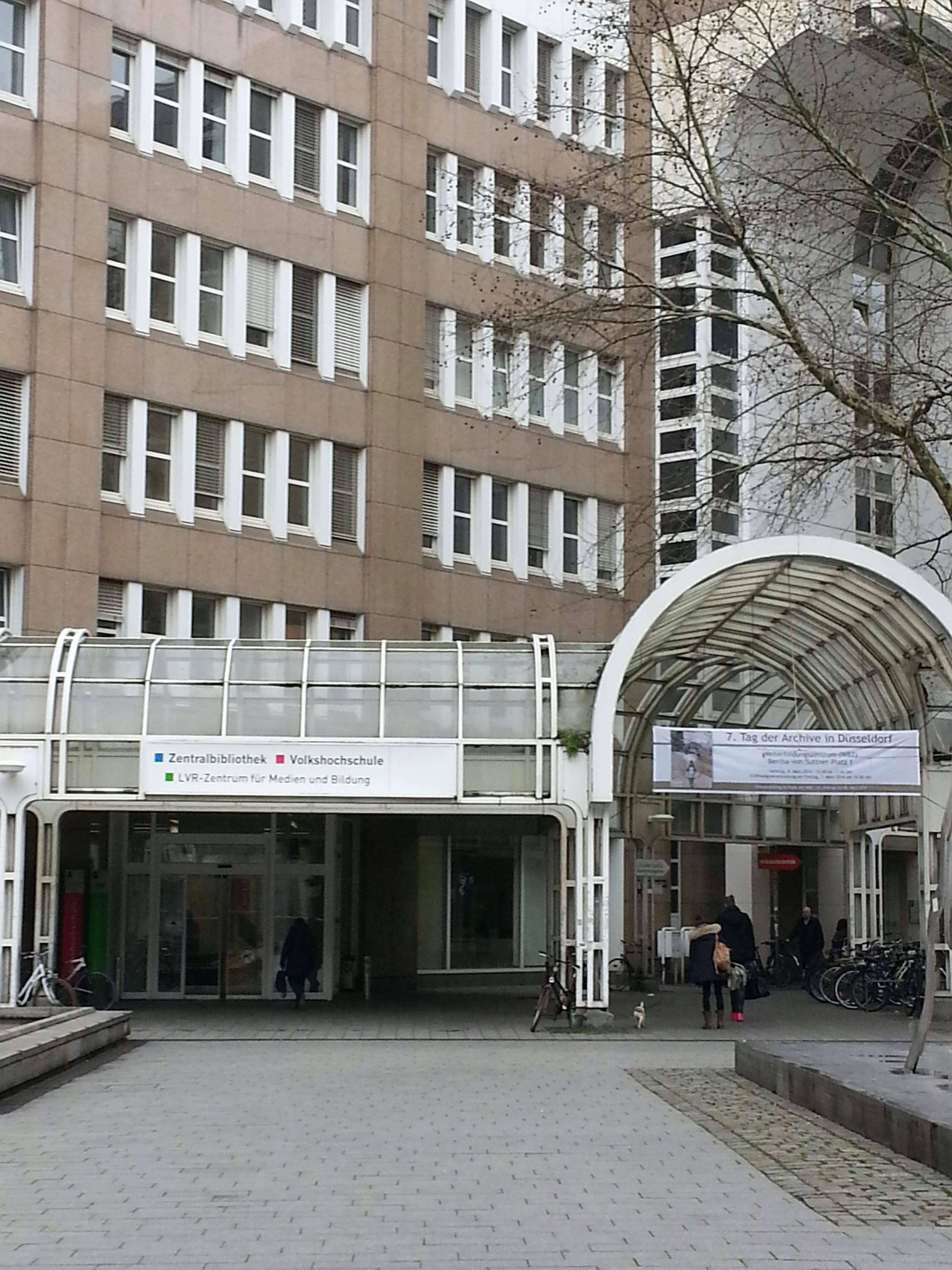 Blick auf den Eingang der Düsseldorfer Stadtbücherei