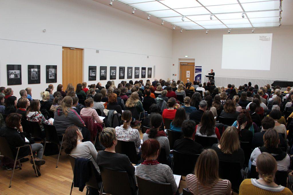 Foto: 200 Gäste bei der Begrüßung in der Stadtbibliothek Leipzig