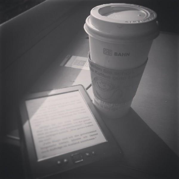Anreise - Kaffee und Lesestoff