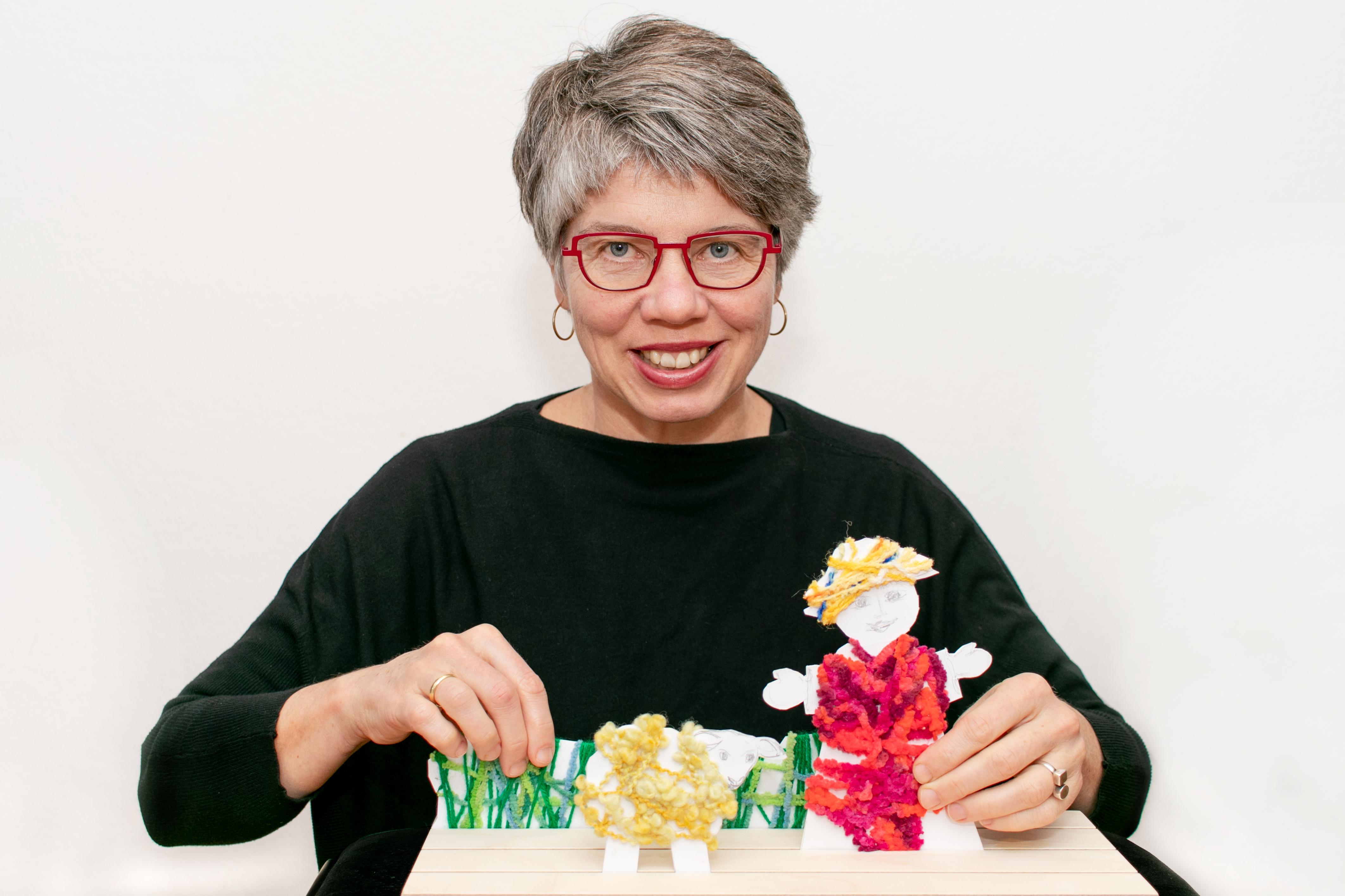 Gabi Scherzer, Erfinderin und Autorin, mit der Erzählschiene. Foto: privat
